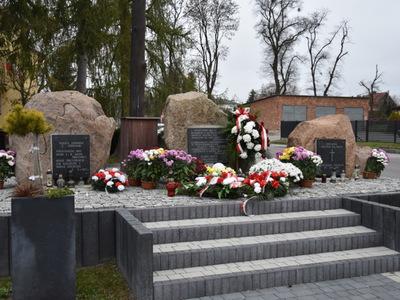 Pomnik Pamięci Narodowej w Gościeradowie w kwiatach