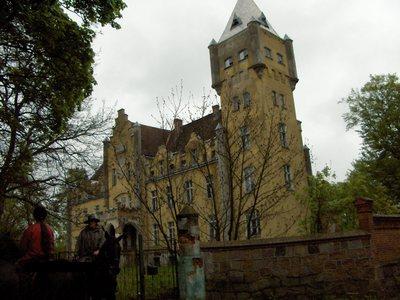Pałac w Dobrowie - wieża