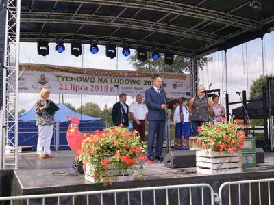 Burmistrz Robert Falana  przemawiający na scenie
