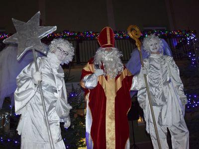 Na zdjęciu przebrani ludzie w strój Św. Mikołaja i gwiazdek