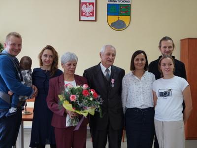Na zdjęciu Państwo Danuta i Janusz Całużyńscy z rodziną