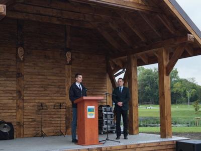 Na scenie Paweł Kowalski Przewodniczący Rady Miejskiej w Tychowie oraz burmistrz Robert Falana