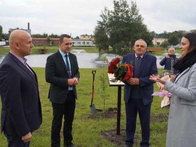 Na zdjeciu zastepca burmistrza Jacek Rudziński, burmistrz Robert Falana oraz radni miejscy Alicja Sołtys i Zdzisław Polek