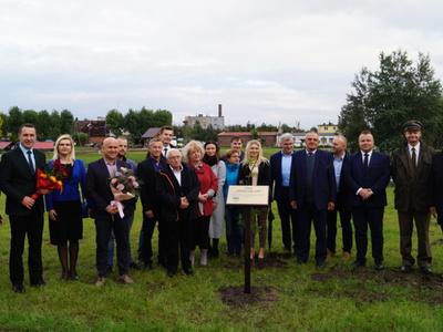 Pamiątkowe zdjęcie uczestników uroczystego otwarcia gminnej inwestycji w w Dobrowie
