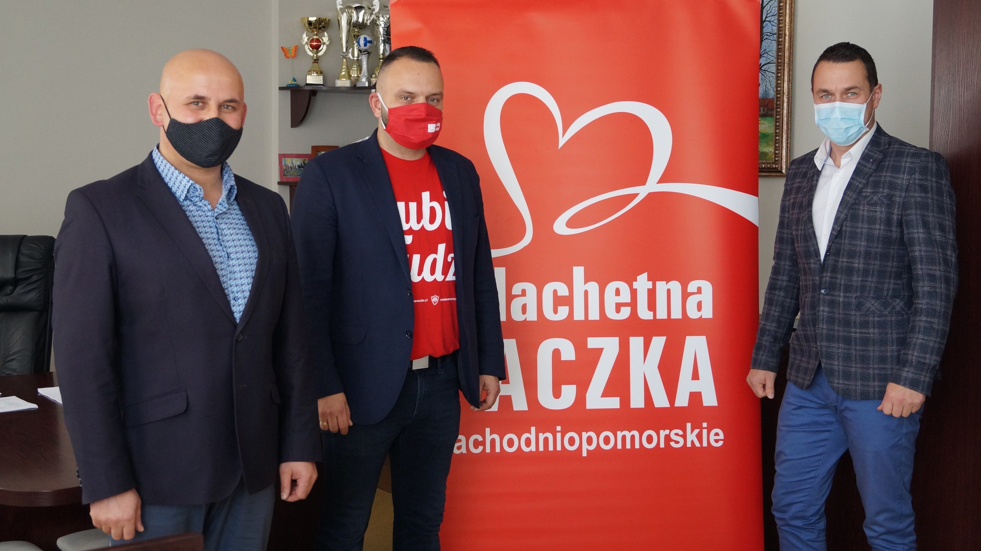 Zastępca burmistrza Jacek Rudziński, lider Szlachetnej Paczka rejonu Tychowo Dominik Boszko i burmistrz Robert Falana