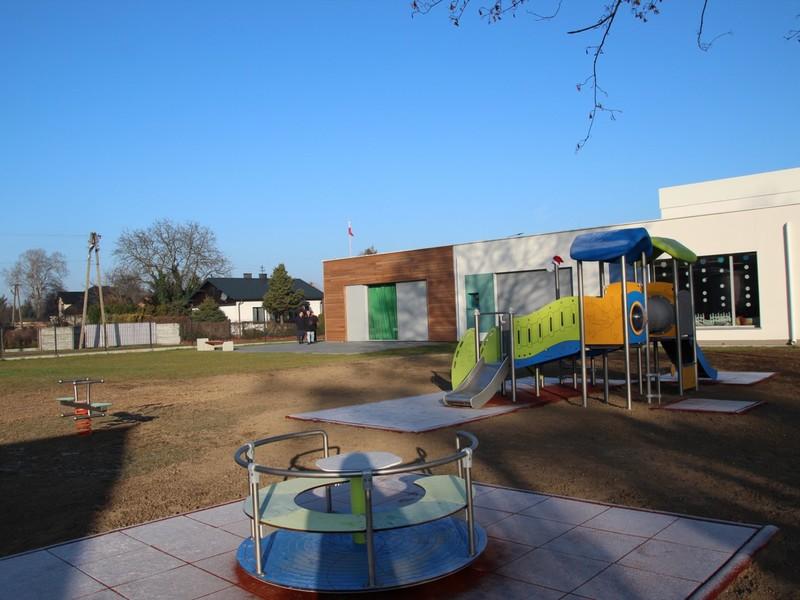Nowy plac zabaw oddany w dniu przedszkolnych Mikołajek